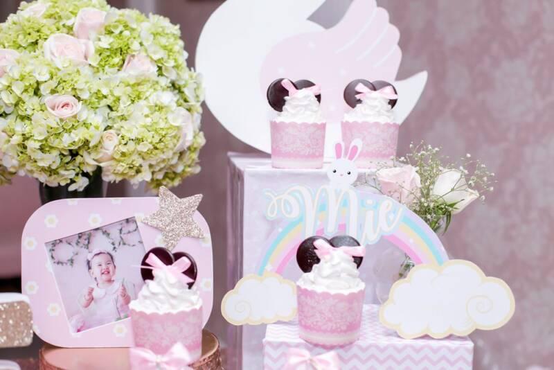 Bánh cupcake kem tươi trang trí trên bàn gallery