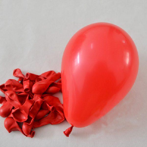 Màu đỏ của những trái bong bóng tròn sẽ là điểm nhấn cho bữa tiệc