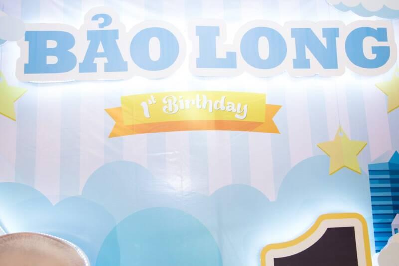 Tên bé Bảo Long được tách nổi kết hợp đèn led  trên backdrop